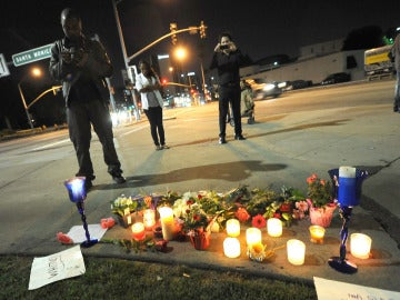 Flores, velas y carteles depositados frente al Hotel Beverly Hilton donde Whitney Houston ha muerto