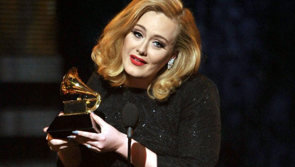 Adele emocionada con un Grammy