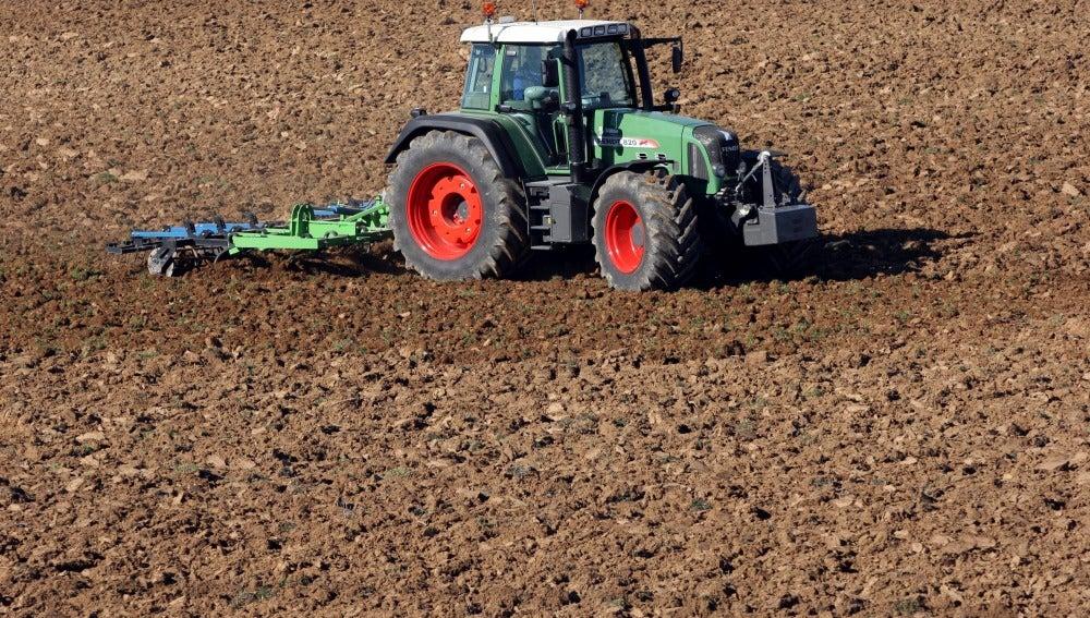 Un tractor ara una de las parcelas donde está proyectada la construcción del macropolígono Área Canal de Castilla