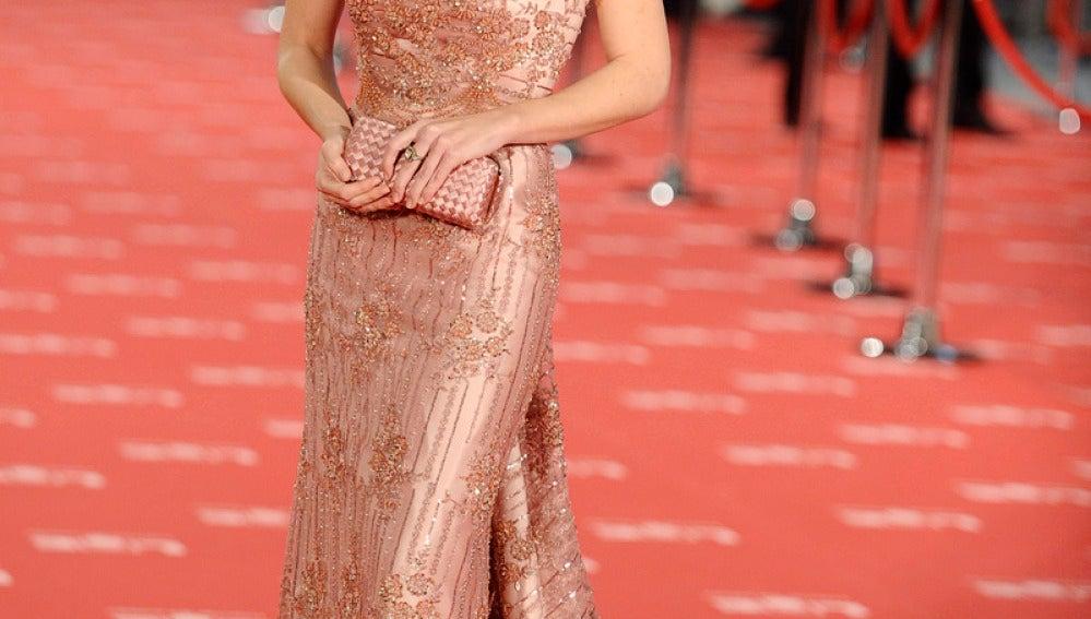 Silvia Abascal con vestido rasgado en rosa salmón