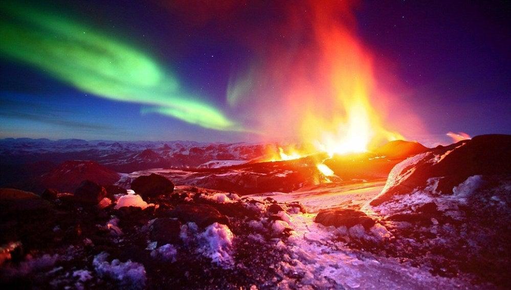 Auroras boreales sobre un volcán