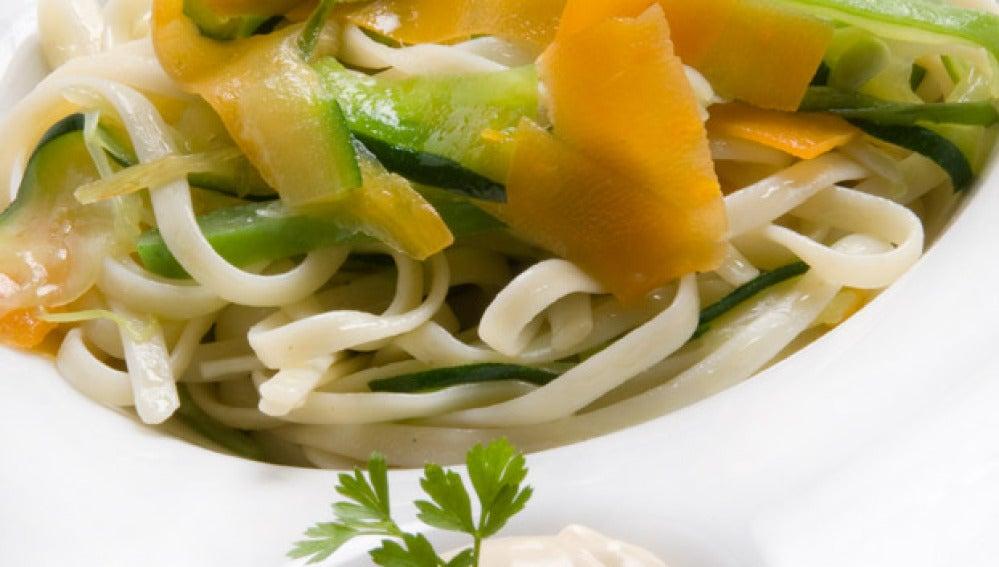 Tallarines con verduras y mahonesa de ajo y soja
