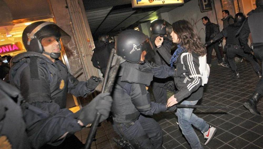 Los antidisturbios dispersan a los manifestantes
