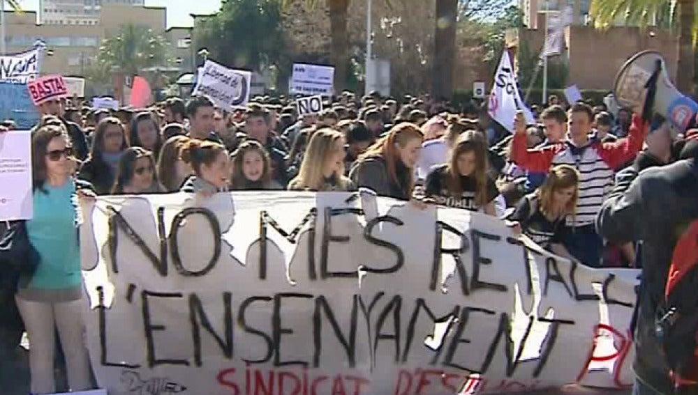 Centenares de estudiantes se concentran fente a la consejería de Educación