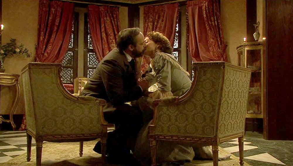 Raimundo y Águeda se besan