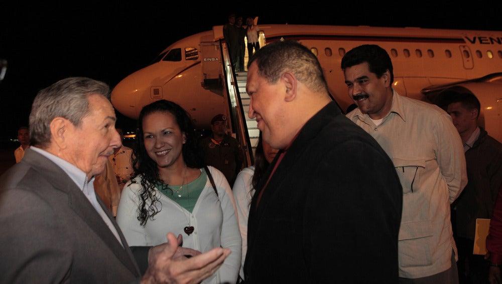 Hugo Chávez es recibido por Raúl Castro en Cuba
