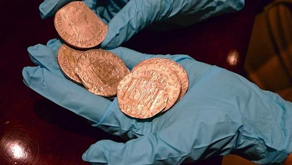Técnicos especialiazados españoles supervisando el tesoro