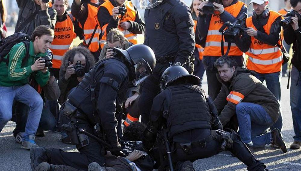Inmovilizan a un manifestante