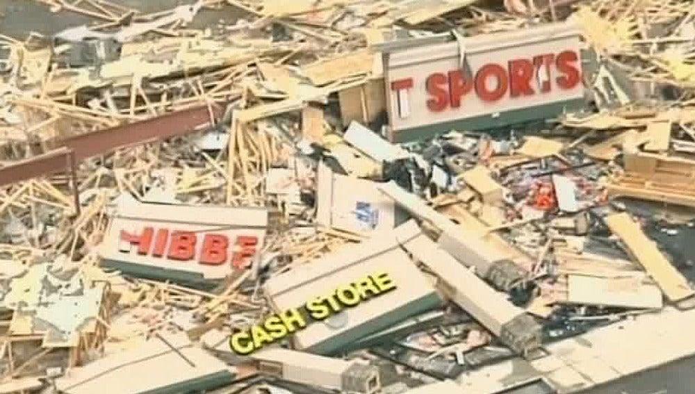 Destrozos tras el paso de un tornado
