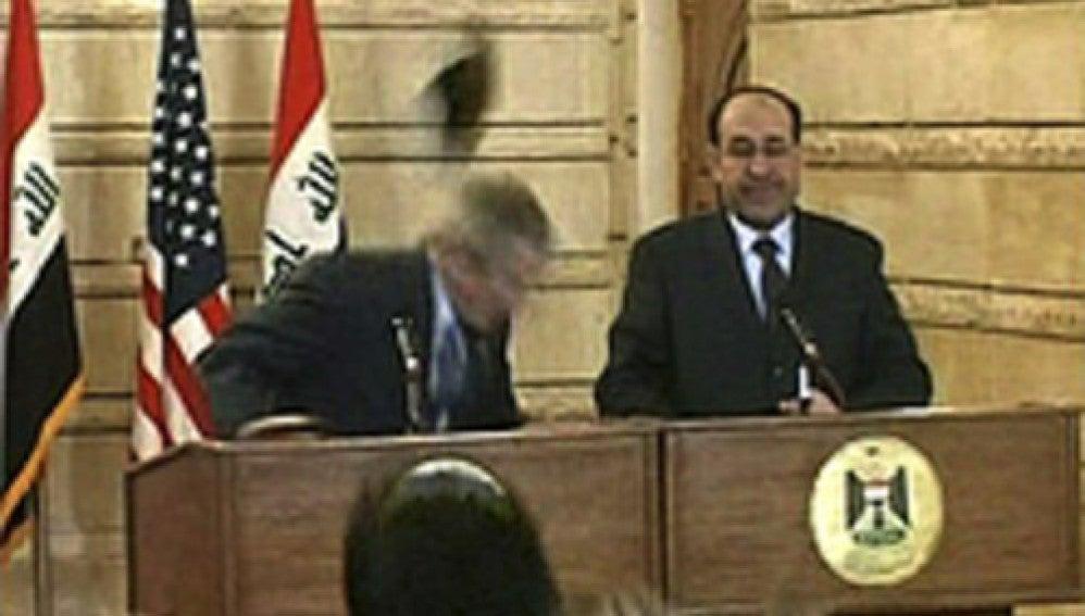 Lanzan un zapato a George W.Bush