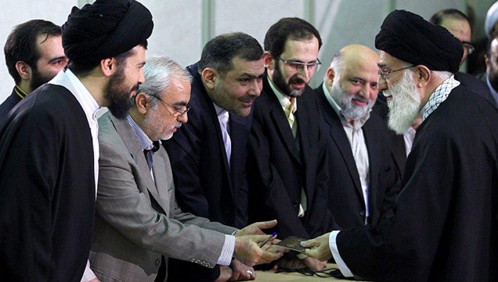 El líder supremo iraní, ayatolá Alí Jamenei, se identifica antes de votar