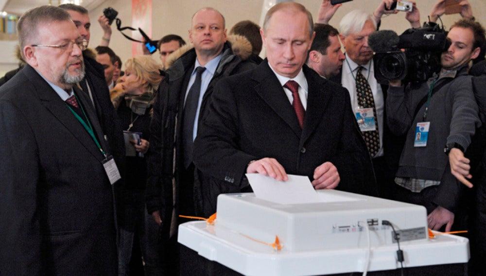 Vladímir Putin vota en un colegio electoral en Moscú