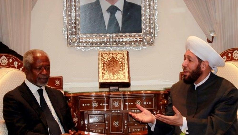 Annan con el gran mufti de Siria, Ahmad Badredin Hasun, en Damasco.