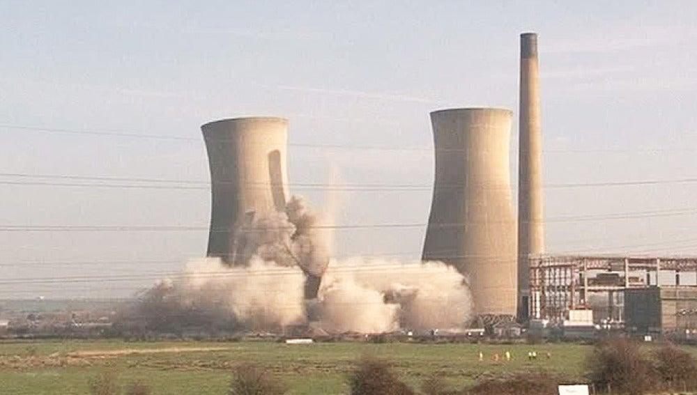 Demolición de una central eléctrica en el Reino Unido