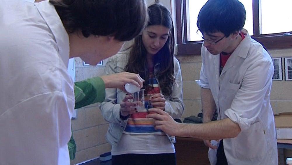 estudiantes de la ESO hacen sus experimentos