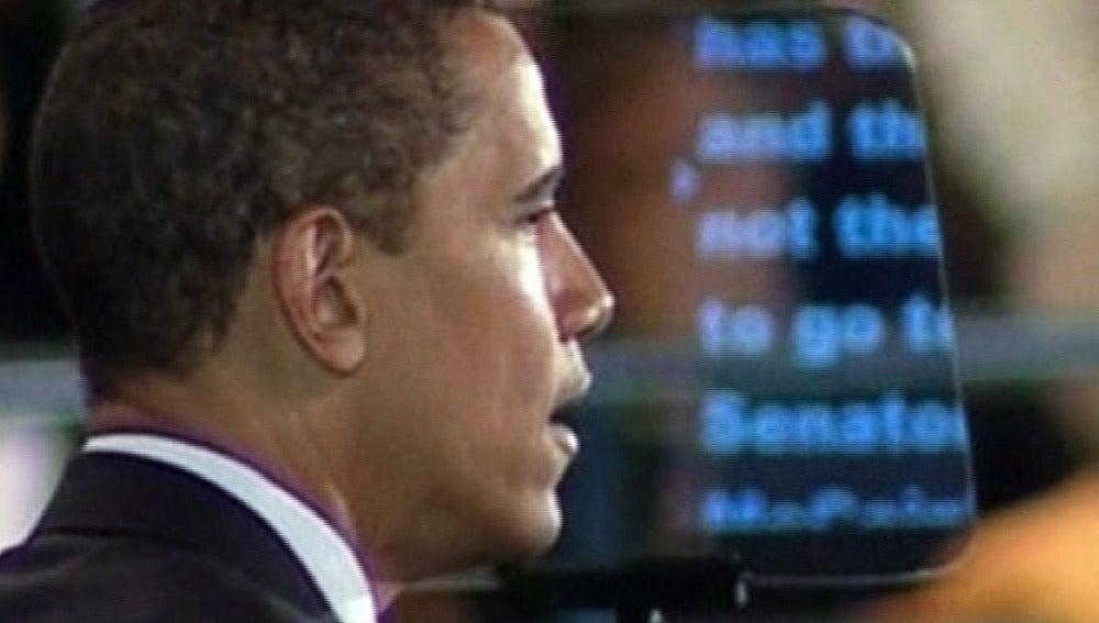 Barack Obama ayudado por un teleprompter