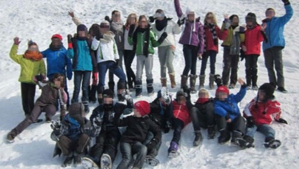 Grupo de niños que pasaron sus vacaciones en la nieve