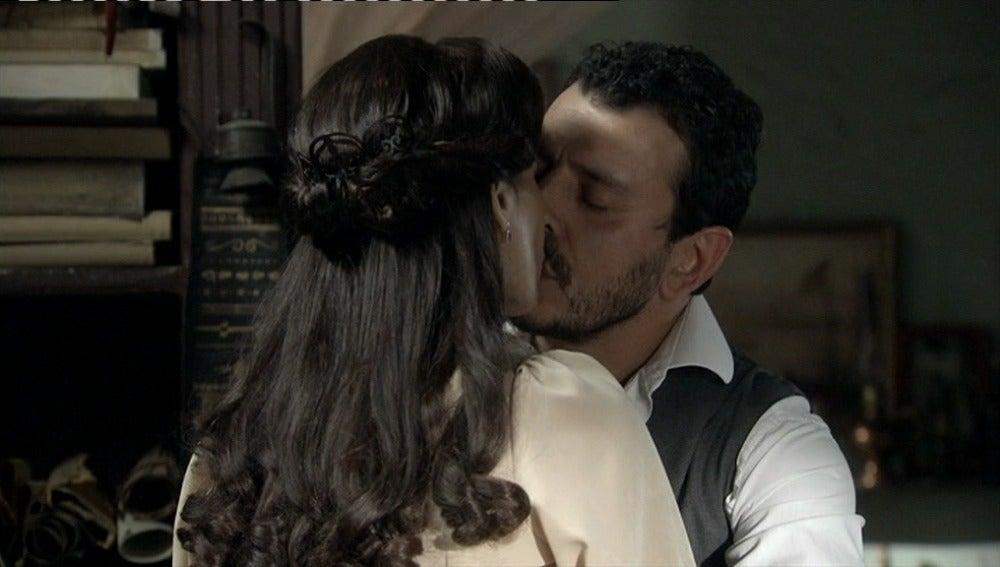 Marcial y Adela se besan por primera vez