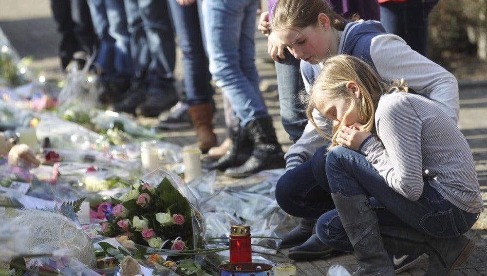 Decenas de personas asisten a un acto en memoria de los niños