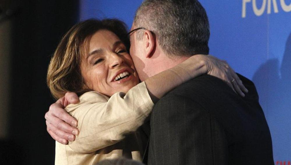 La alcaldesa de Madrid, Ana Botella, abraza al ministro de Justicia, Alberto Ruiz-Gallardón