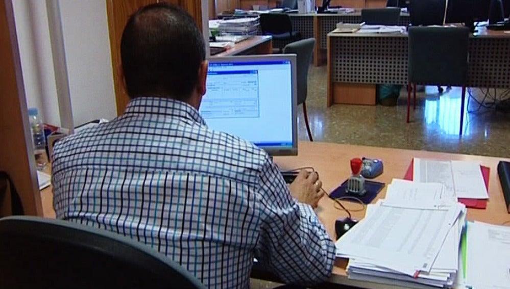 Un hombre trabaja en una Diputación