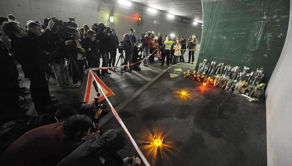 Fotógrafos y cámaras toman imágenes en el túnel donde un autobús se estrelló el pasado martes en Sierre, Suiza