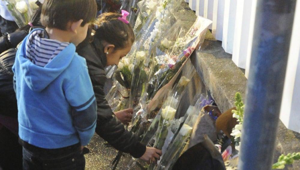 Niños ponen flores en Toulouse