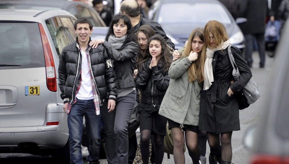 """Un grupo de adolescentes llora en el exterior de la escuela judía """"Ozar Hatorah"""