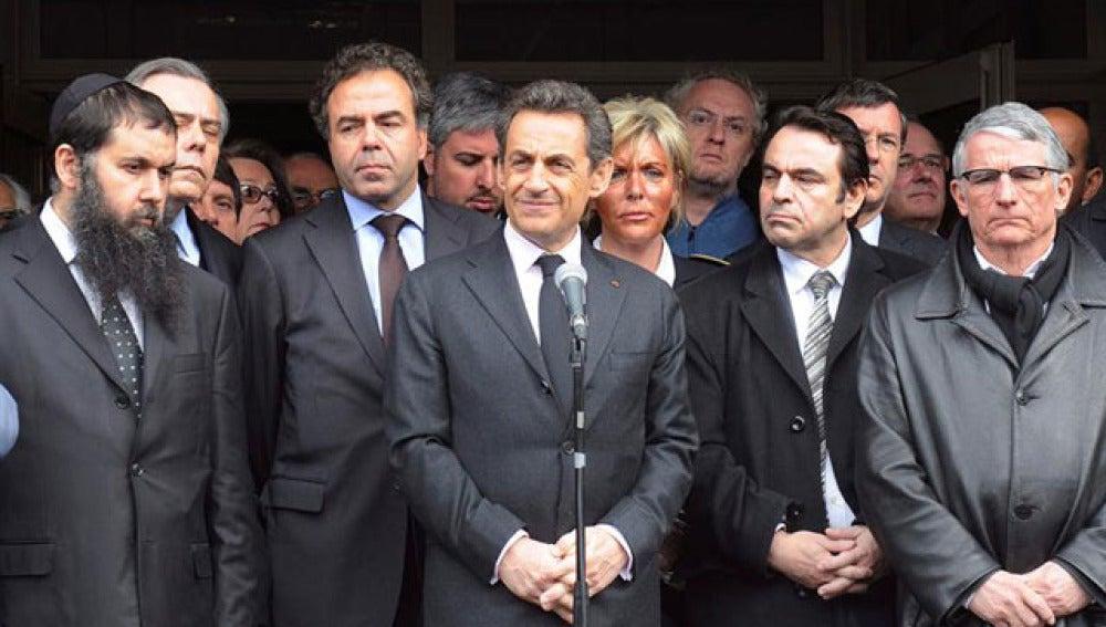El presidente francés, Nicolás Sarkozy (c), pronuncia un discurso