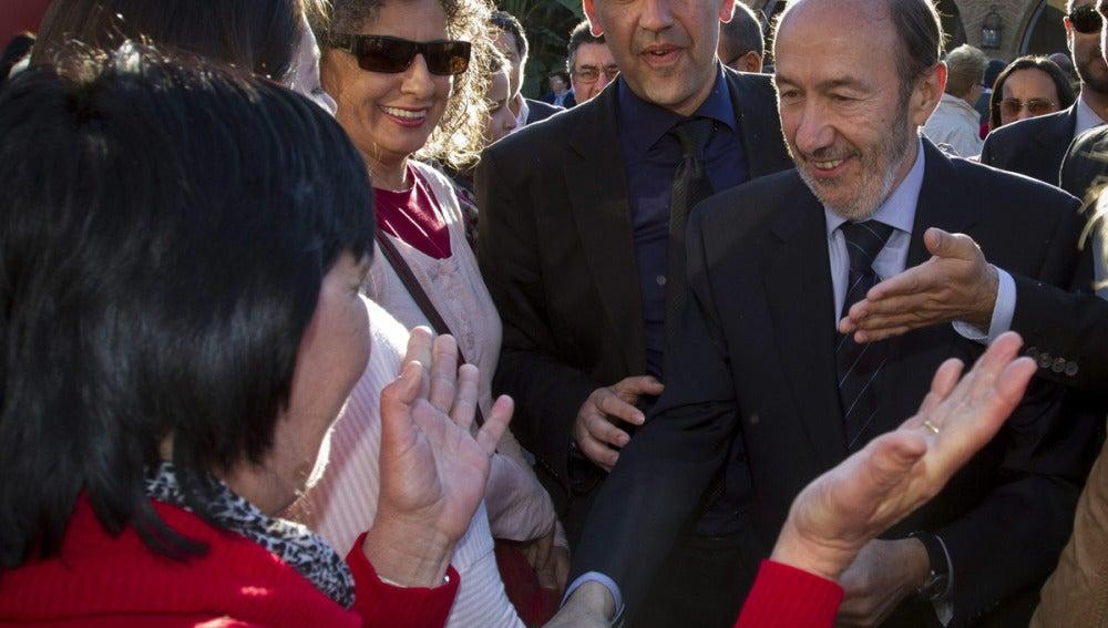 Rubalcaba saluda a unos militantes