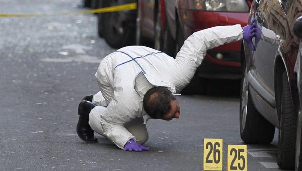 Un policía busca restos sospechosos