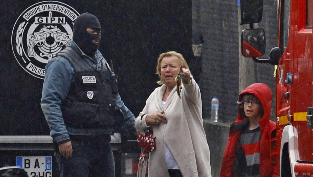Una mujer habla con la policía en la zona de seguridad