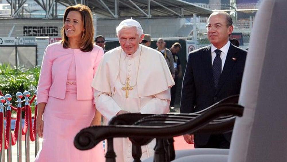 El Papa, a su llegada a México con el presidente Calderón y la primera dama