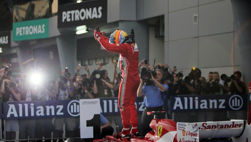 Alonso celebra su victoria en el GP de Malasia 2012