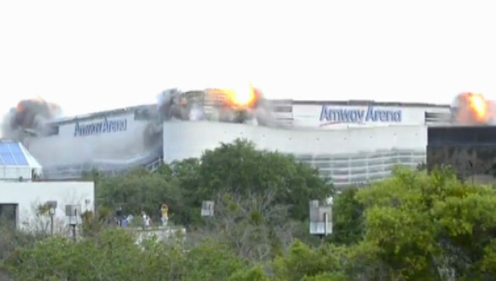 El estadio Amway Arena durante la demolición