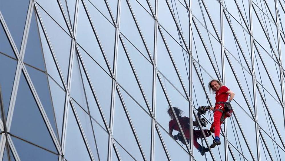Alain Robert escala uno de los edificios de Yakarta.