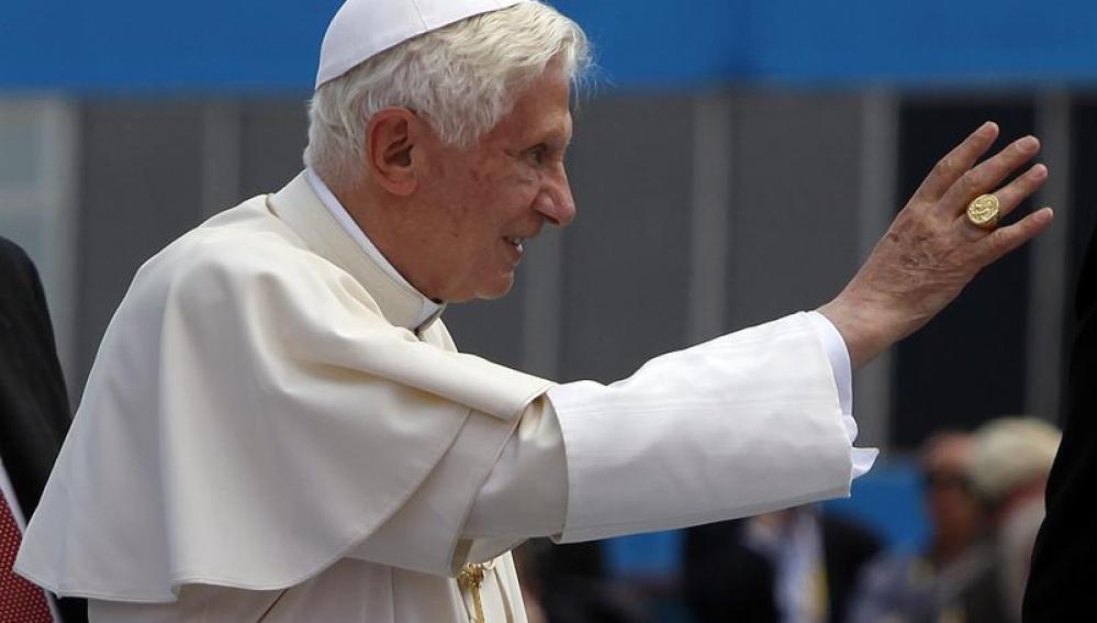 El papa Benedicto XVI saluda a su llegada