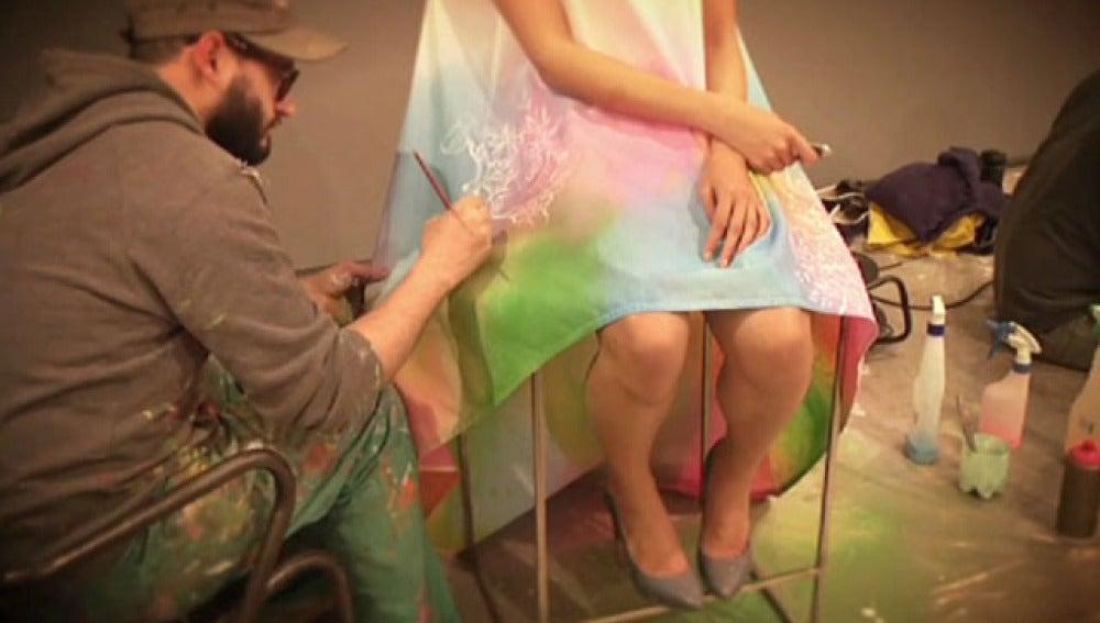 Artistas pintan sobre trajes