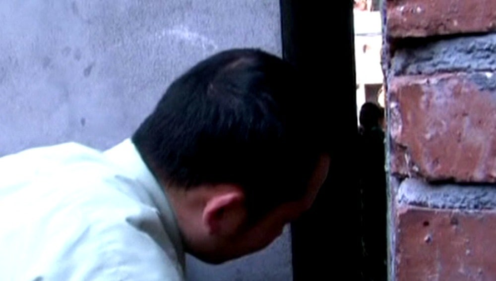 Una niña queda atrapada en un hueco entre edificios en China