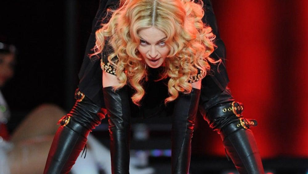 Madonna en medio de la actuación.