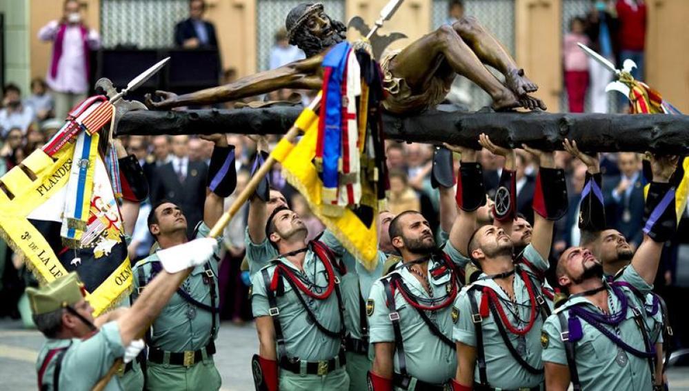 Caballeros legionarios trasladan al Santísimo Cristo de la Buena Muerte de Málaga