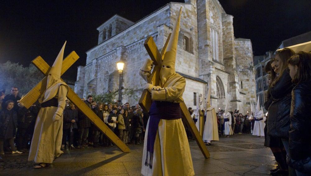 Dos cofrades de la Penitente Hermandad de Jesús Yacente de Zamora