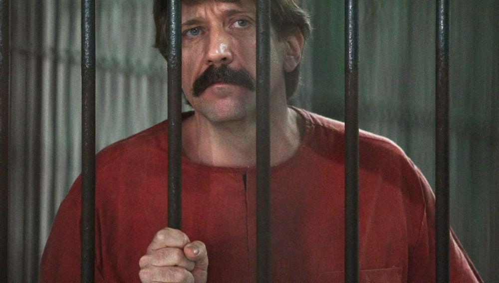 Víctor But dentro de una celda en una corte criminal en Bangkok (Tailandia)