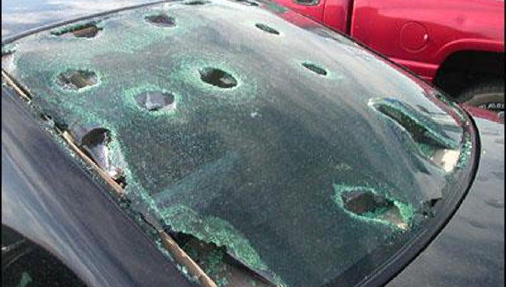 Destrozos en un coche por el granizo