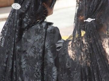 Mujeres vestidas de mantilla durante un procesión
