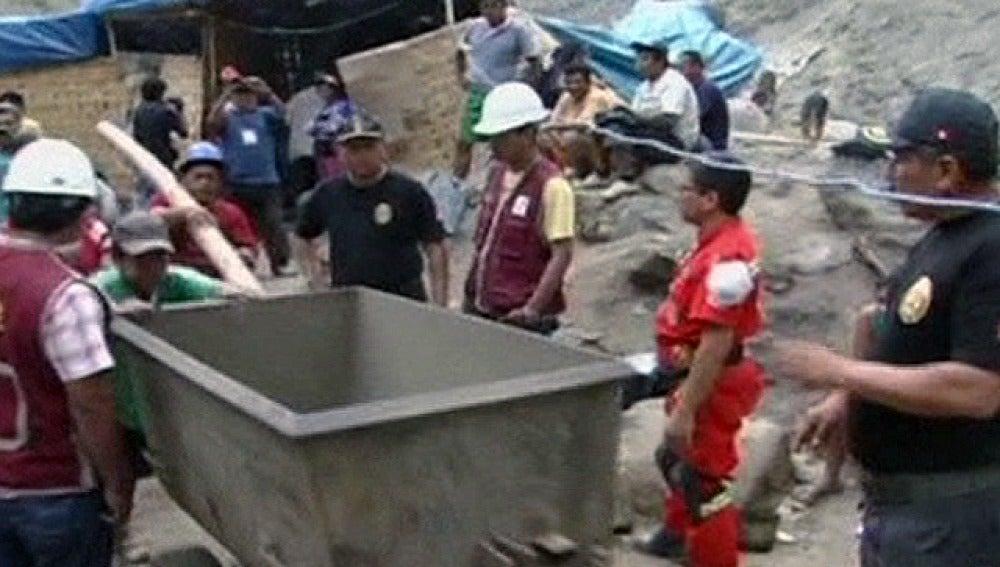 Trabajos de rescate de nueve mineros en Perú