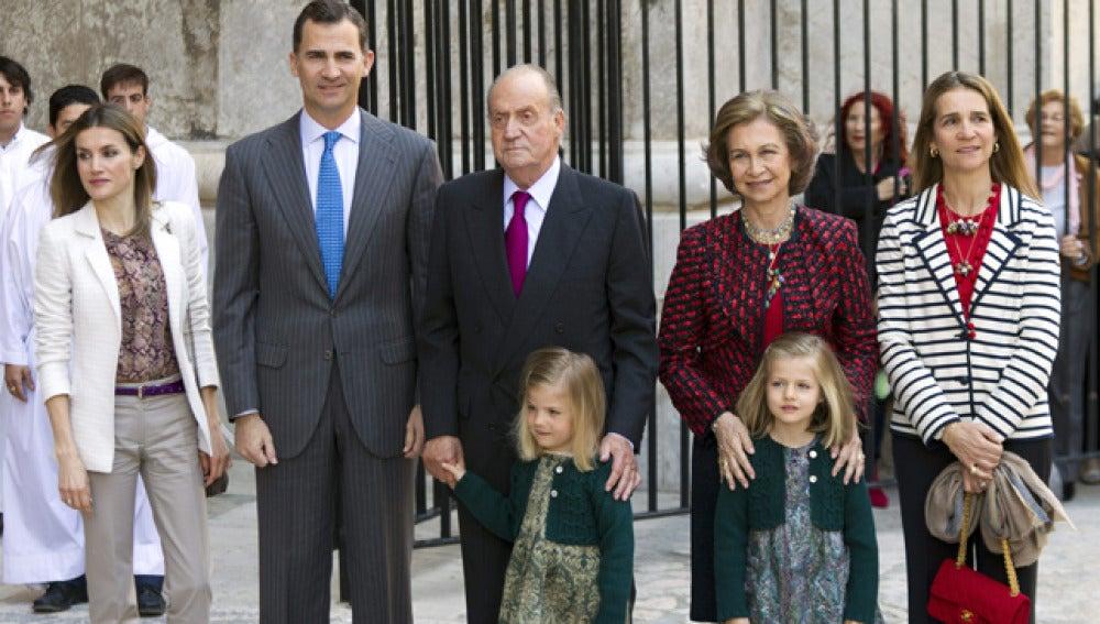 La familia real, antes de la misa del Domingo de Resurrección