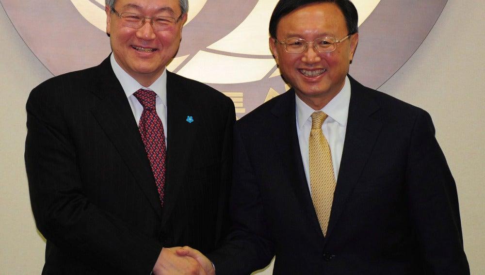 El ministro surcoreano de Exteriores, Kim Sung-Hwan, saluda a su homólogo chino, Yang Jiechi