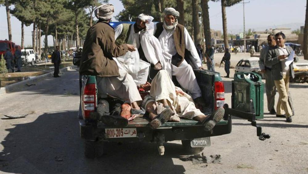 Varias personas trasladan a un hospital de Herat a varios heridos del ataque suicida talibán
