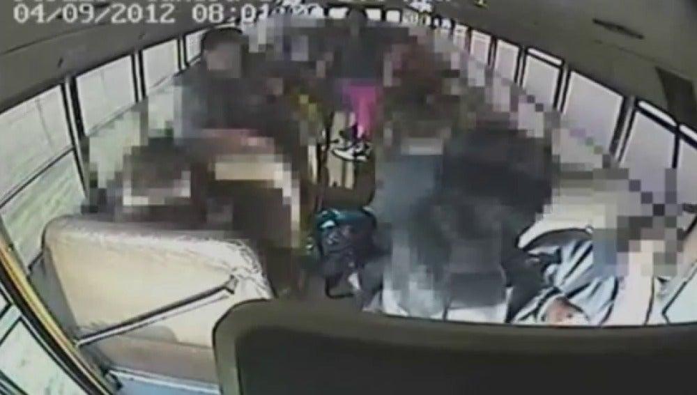 Un niño de 13 años se pone al volante del autobús escolar después de que el conductor se desmayé